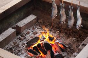 囲炉裏でニジマスを焼く オニギリを焼く お餅焼く