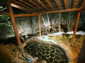 渓流沿いの露天風呂 春は花見露天 夏はジャングル風呂 秋は紅葉 冬は、雪見露天が楽しめる